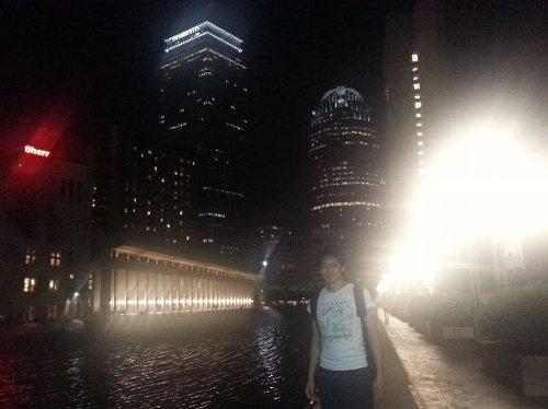 ボストンの綺麗な夜景をバックに写真を撮りました