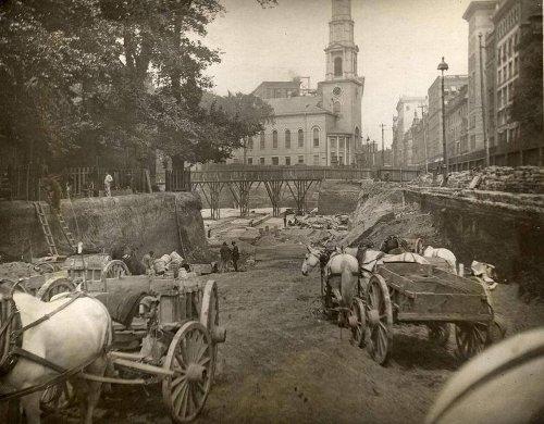 19世紀の地下鉄パークストリート駅の白黒風景