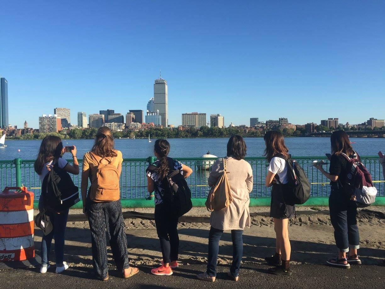 チャールズ川を留学生の仲間と歩く