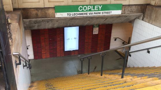 ボストンの地下鉄コープリー駅の出口の写真
