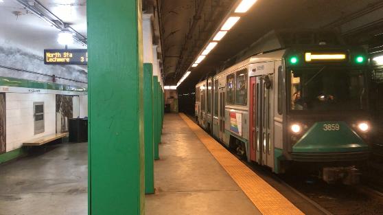 ボストンの地下鉄グリーンラインが到着する風景