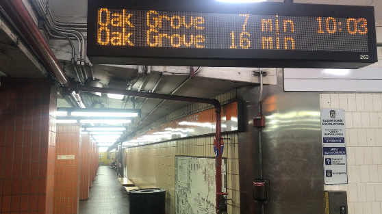 地下鉄オレンジラインの電光掲示板