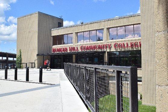 バンカーヒルコミュニティカレッジの外観