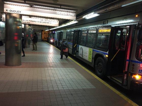 ボストンの地下鉄シルバーラインのシャトルバスの外観