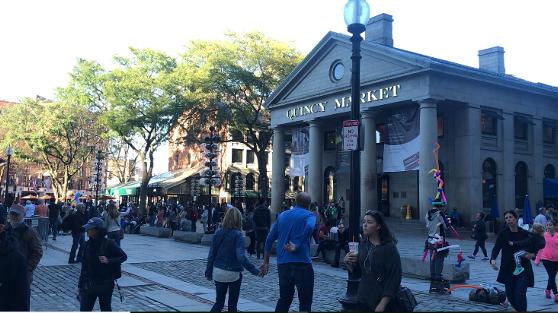 ボストンの歴史的な建造物のクインシーマーケット